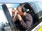 Hank musel u pilotních zkoušek v písemném testu prokázat znalosti z navigace,...