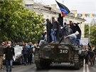 V ulicích města se objevila i vojenská obrněná vozidla. (10. května 2014)