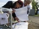 Do n�kter�ch vesnic p�ivezli organiz�to�i referenda mobiln� urnu. (11. kv�tna