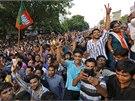 Příznivci Naréndry Módího slaví v ulicích Nového Dillí volební úspěch jeho