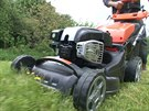 V našixh podmínkách by měla sekačka zvládnout i sekání přerostlé trávy.