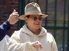 Po natáčení vždy Depp nasadí typický klobouk a brýle.