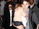 Brooklyn Beckham pomáhá matce s malou Harper před smečkou fotografů.