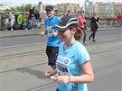 Manžel Filip doprovázel Hanku celou trasu maratonu a povzbuzoval ji. V cíli pak...