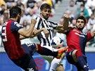 Fernando Llorente z Juventusu Turín v obklíčení dvuo hráčů Cagliari.