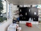 Dětský pokoj s velkou skříní, jejíž dveře jsou z magnetické tabuloviny.