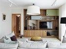 Dubová nábytková stěna s audio/video technikou je ozvláštněna horními dvířky