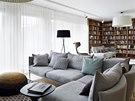 Obývacímu pokoji dominuje prostorná rohová knihovna, která ukrývá i radiátor za