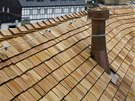 Detail třikrát překládané šindelové střechy z modřínu