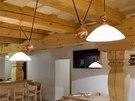 V interiéru převládá dřevo, lustry vyrobila na zakázku firma Ladislava Ezra.
