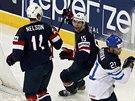Americký hokejista Brock Nelson (vlevo) se raduje se spoluhráčem Craigem...