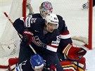 Americký hokejista Dan Dekeyser zpracovává před vlastní brankou Fina Lea...