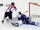 Švédský gólman Anders Nilsson likviduje trestné střílení v podání Kanaďana...