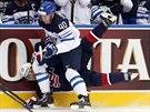 Americký útočník Andy Miele padá po střetu s finským forwardem Tomim Sallinenem.
