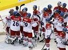 �ESK� RADOST. �e�t� hokejist� se raduj� z t��sn� v�hry nad Norskem.