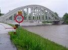 Rozvodněná Olše v pátek ráno v Karviné u Darkovského mostu