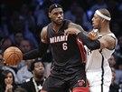 LeBron James (vlevo) z Miami se přetlačuje s Paulem Piercem z Brooklynu.