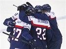 Slovenští hokejisté slaví gól proti Francii.