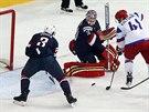 Ruský hokejista Nikolaj Kuljomin se gólově prosazuje v duelu se Spojenými státy.