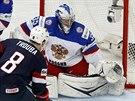 Americký reprezentant Jacob Trouba před ruským gólmanem Andrejem Vasilevským.