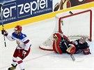 Alexandr Ovečkin z Ruska právě pokořil amerického gólmana Tima Thomase.