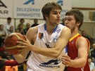 Ondřej Kohout (vlevo) z Prostějova si hlídá míč před Martinem Peterkou z...