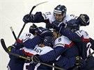 Slovenští hokejisté slaví gól proti Norsku.