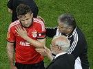 Miralem Sulejmani z Benfiky Lisabon opouští finále Evropské ligy kvůli zranění.
