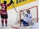 Kanadský hokejista Joel Ward se raduje, právě překonal Daniela Bellissima z...