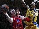 Alex Tyus (vpravo) z Maccabi Tel Aviv brání Andreje Voronceviče z CSKA Moskva.
