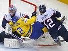 Joakim Lindström (ve žlutém) ze Švédska padá na slovenského brankáře Jána Laca,...