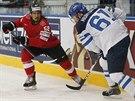 Eric Blum (vlevo) ze Švýcarska bojuje s finským útočníkem Tommim Huhtalou.