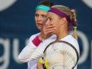 JAK TO ZAHRAJEME? Lucie Šafářová (vlevo) a Andrea Hlaváčková se domlouvají během zápasu na Sparta Prague Open.