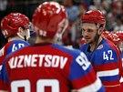 Ruský forvard Artem Anisimov (uprostřed) oslavuje se spoluhráči skalp Lotyšů.