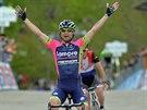 Italský cyklista Diego Ulissi triumfálně projíždí cílem, když ovládl 8. etapu...