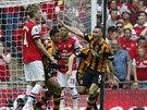 A JE TAM! James Chester (vpravo) z Hullu se raduje z gólu proti Arsenalu ve...
