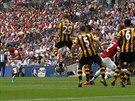 Santi Cazorla (vlevo) z Arsenalu střílí branku z volného kopu ve finále FA Cupu...
