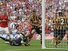 Laurent Koscielny (dole uprostřed) z Arsenalu posílá míč do sítě Hullu.