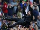 K NEBESŮM. Kouč Atlétika Madrid Diego Simeone slaví se svými svěřenci ligový