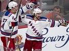 Mats Zuccarello (vpravo) z New Yorku Rangers se prosadil proti Montrealu,...
