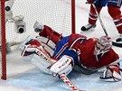 Brank�� Montrealu Carey Price inkasuje �tvrt� g�l v z�pase proti New Yorku...