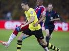 Robert Lewandowski z Dortmundu (ve žlutém) postupuje dopředu, zastavit se ho...