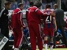 Zraněný Philipp Lahm (vpravo) z Bayernu Mnichov opouští hřiště ve finále...