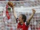 Záložník Arsenalu Tomáš Rosický hrdě nese trofej pro vítěze FA Cupu.