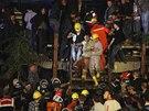 Záchranáři vyprošťují zraněné horníky ze zříceného uhelného dolu na západě