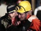 Příbuzní horníků, které uvěznil výbuch v uhelném dole na západě Turecka,
