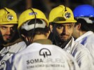 Záchranáři v turecké Somě hledají horníky, kteří přežili výbuch v uhelném dole.