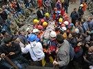Zraněný horník je převážen z dolu v Somě do nemocnice.