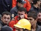 Příbuzní mrtvých horníků z uhelného dolu v Somě pláčí před vstupem do areálu.