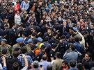 Turecký premiér Tayyip Erdogan prochází davem na místě důlního neštěstí v Somě.
